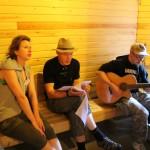 Kuva pääfestiltä: kodassa laulua kitaran säestämänä