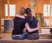 Kuvituskuva kahdesta naisesta halaamassa toisiaan.