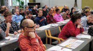 Aivovammaliiton syysliittokokouksen väkeä istumassa kokoustilassa.