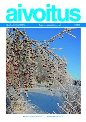 Luminen maisema, jossa etualalla luminen marjaomenapuu ja taustalla sininen taivas.