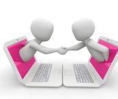Piirros, jossa kaksi henkilöä ovat verkossa ja kättelevät toisiaan virtuaalisesti