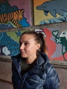 Tekstiin haastateltu Saana Kiviranta. Taustalla näkyy graffitia.